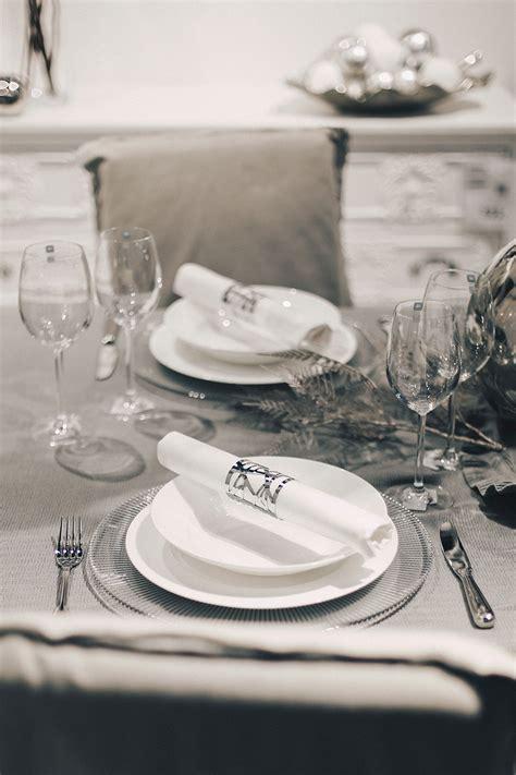 Weihnachtlich Dekorieren Tipps by Weihnachtliche Tisch Dekoration Minimalistisch Grau Silber