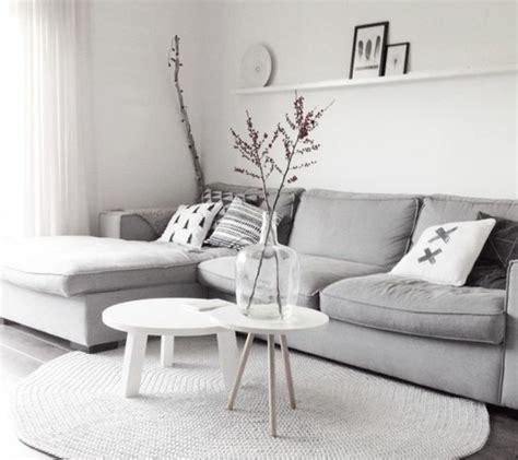 canapé cosy un salon en gris et blanc c 39 est chic voilà 82 photos qui