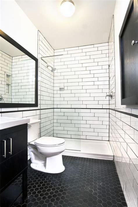 la cuisine dans le bain le carrelage noir entre dans la salle de bain et la