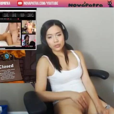Chica Se Masturba Con Almohada