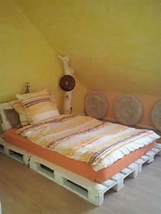 Bett Mit Paletten : schlafzimmer bett aus paletten wanddeko aus sitzkissen baumstamm als deko m belbau mit ~ Sanjose-hotels-ca.com Haus und Dekorationen