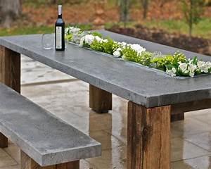 beton im garten weinflaschen banke und tisch With französischer balkon mit beton tisch garten