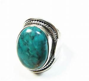 Bague Avec Pierre Bleu : ce bijou indien est une bague large en argent avec une pierre naturelle ovale en turquoise c ~ Melissatoandfro.com Idées de Décoration