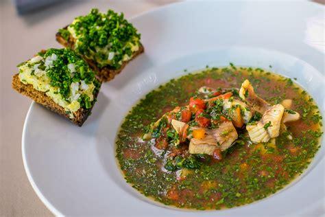 Zivju zupa un cepts kartupelis uz rupjmaizes