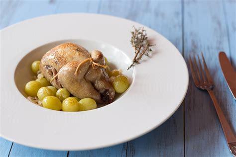 cuisiner des cailles au four recette de cailles aux raisins