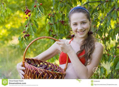 Schöne 14 Jährige by In Garden With A Sweet Cherry Basket Stock Image