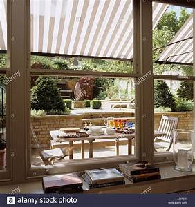 awning stockfotos awning bilder alamy With markise balkon mit tapete new york schwarz weiß