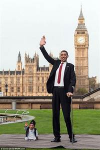 Shortest man ever (21.5ins) meets tallest living person ...