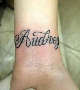 Tatouage Prénom Poignet : photo tatouage pr nom audrey sur le poignet d 39 une femme ~ Melissatoandfro.com Idées de Décoration