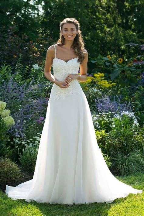 Stai cercando l'abito da sposa? Abiti e Vestiti da Sposa Semplici e Lisci | Marisa Spose
