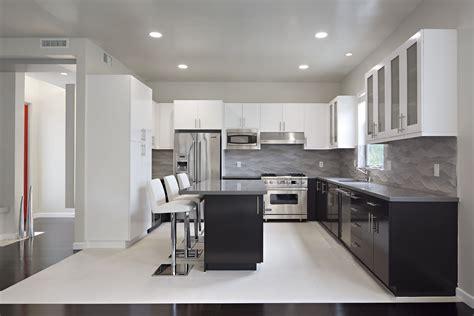 black cabinet kitchen ideas viva bydlen 237 kuchyně ve dvou t 243 nech 4654