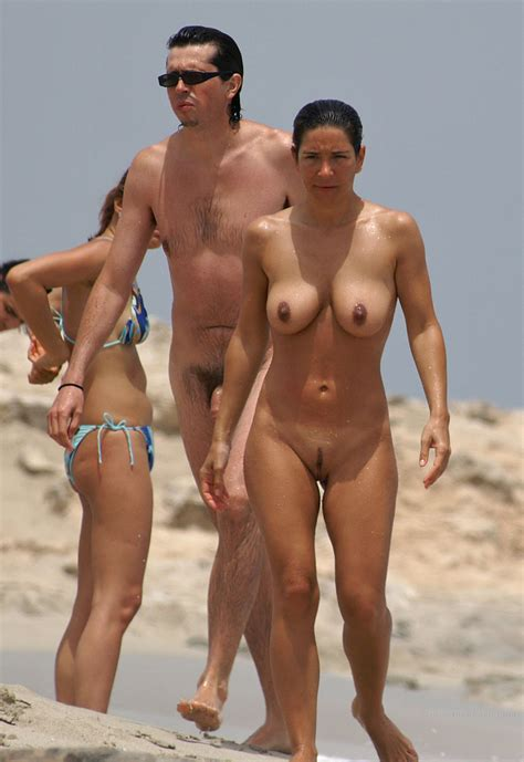 Milf loves to expose her body at the nude beach - Pichunter