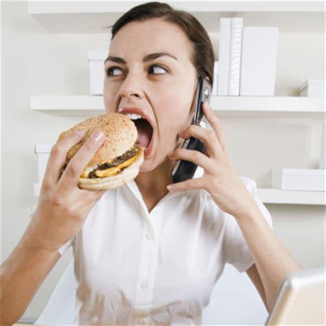 manger au bureau 8 mauvaises habitudes qui nous font grossir au bureau