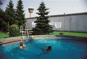 Pools In Berlin : in the swimming pool with a view of the berlin wall ~ Eleganceandgraceweddings.com Haus und Dekorationen