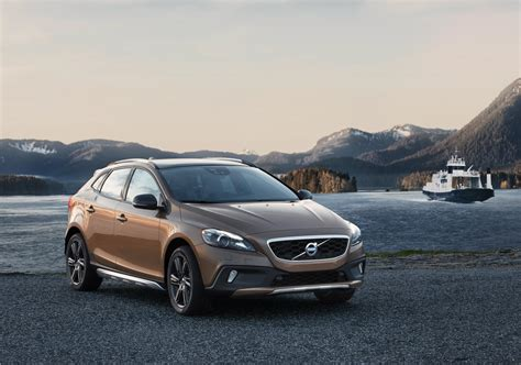 volvo up volvo lifts up new volvo v40 cross country for the whole