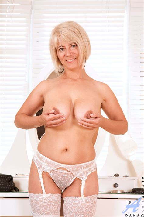 Enticing Busty Blonde Anilos Displays Her Curvy Cougar