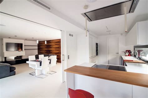 una cocina en blanco  negro  peninsula  office