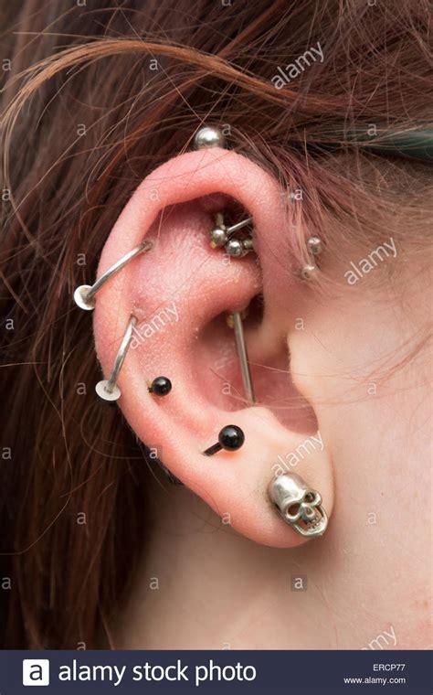 piercing oreille femme up de multiples piercings oreille 9 dans une femme uk banque d images photo stock