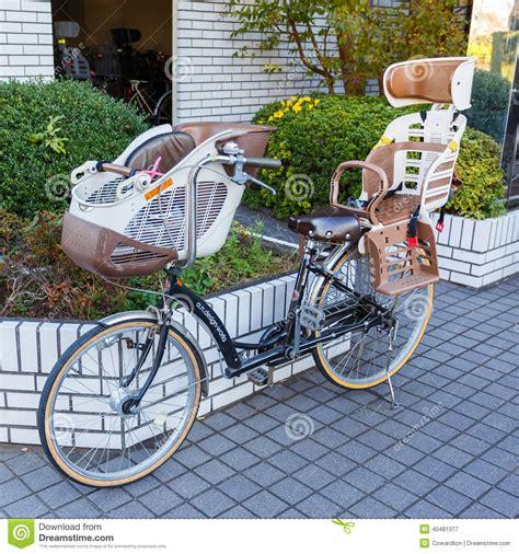 kindersitz für fahrrad fahrrad mit kindersitz redaktionelles stockfotografie
