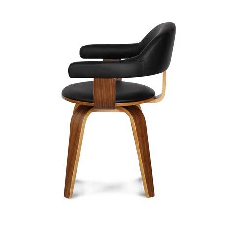 chaise cuir noir chaise suédoise pivotante simili cuir noir et bois
