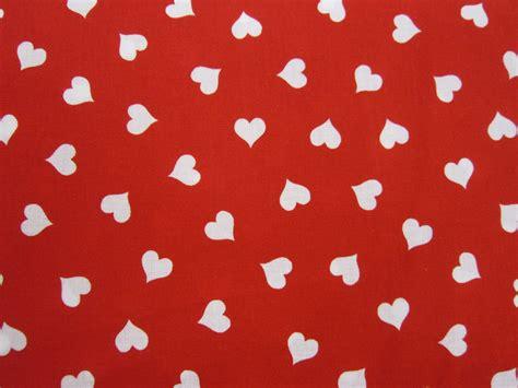 corazones blancos sobre fondo rojo laurasanjosepatchwork