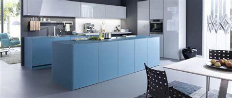 cuisine en bleu cuisine bleu pétrole avec façades en verre photo 4