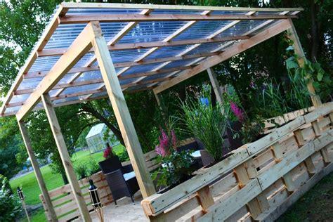 mit paletten bauen terrasse aus paletten mit dach diy academy