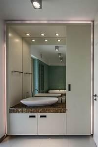 peinture salle de bains pour agrandir l39espace restreint With carrelage adhesif salle de bain avec spots encastrés led