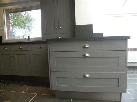 cuisiniste omer cuisine moderne laquée gris patine gris foncé gilles martel