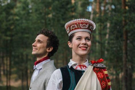 Elpu aizraujoša fotosesija: 46 dejotāji tautastērpos ...