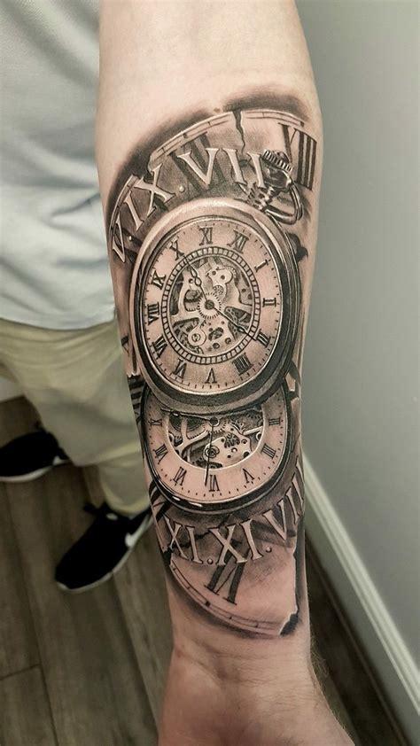 tatuaje de reloj  hombre en el brazo