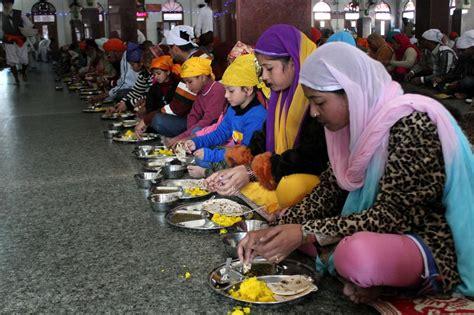 sandisplash indian dining etiquette in pictures kitchen that feeds 100 000 daily al jazeera