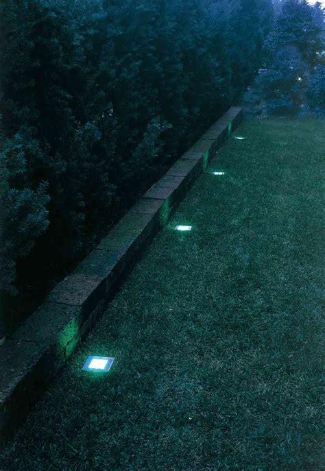 Giardino Illuminati Il Muretto Di Un Giardino Illuminato Con Faretti Led A