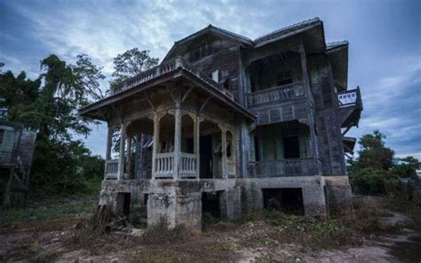 8 Haunted Houses You Can Buy Right Now | Mental Floss