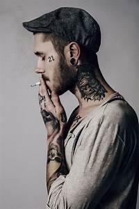 Tatouage Cou Homme : mannequin tatou le corps est une toile vierge ou seul ~ Nature-et-papiers.com Idées de Décoration