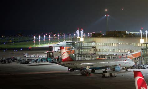 Der flughafen düsseldorf (dus) wird täglich von bis zu 70.000 fluggästen frequentiert. Düsseldorf Flughafen bei Nacht Foto & Bild | luftfahrt ...