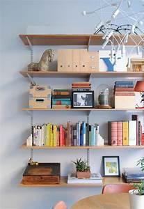Styling a bookshelf 10 homes that get it right 5 tips for Interior design bookshelf arrangement