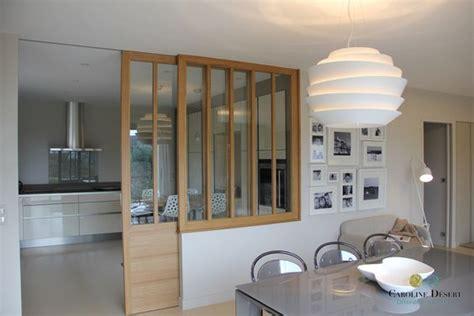 une cuisine ouverte avec porte coulissante vitr 233 e