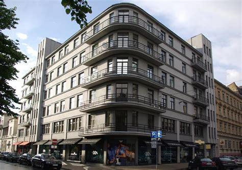 Burberry, Emporio Armani un Ermenegildo Zegna ēkas fasādes ...