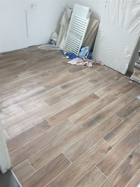carrelage imitation parquet vieilli photo carrelage imitation parquet chambre parentale carrelage fa 239 ence finistere 29