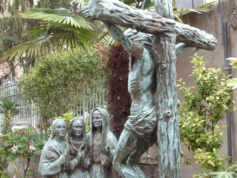 ai piedi della croce testo scultura in bronzo palazzo bonifacio viii