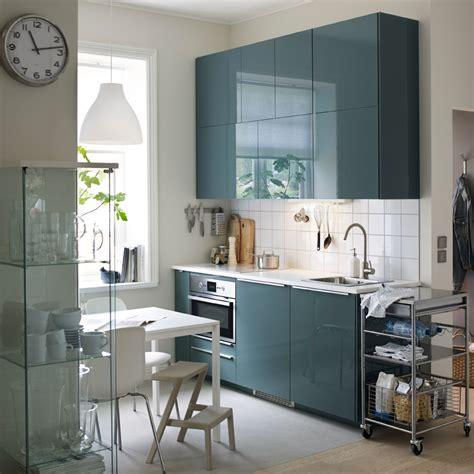 cuisine ikea gris brillant une cuisine moderne avec murs blancs et portes en gris turquoise brillant décoration