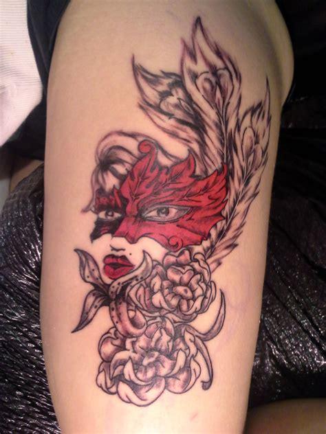tatouage bras feminin visage masque  arabesque