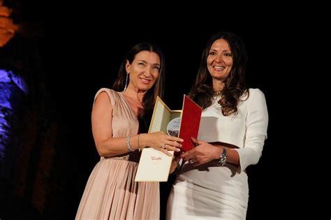 si鑒e sociale elisabetta franchi riceve il premio moda e sociale