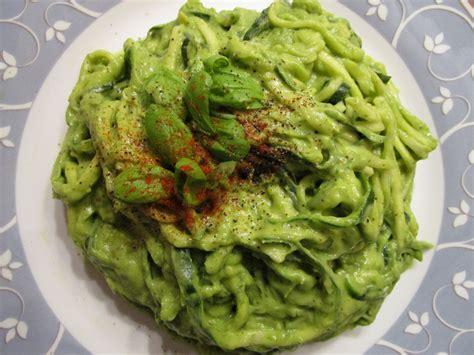 rezepte für spiralschneider avocado basilikum pesto mit zuchini nudeln avocados