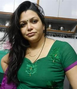 Desi Indian Girls: Desi Bhabhi showing her best part  Indian