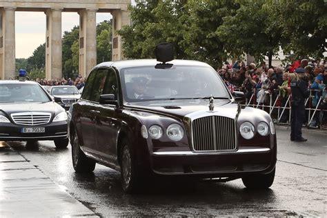 19jaehriger Faehrt Goldenen Bentley by Der Dienstwagen Der Bentley Arnage