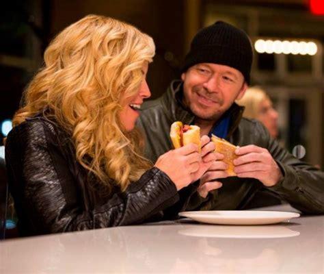donnie jenny mccarthy wahlberg wahlburgers burger wahlburger menu mark treating girlfriend starcasm burgers
