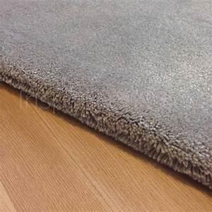 Tapis sur mesure gris clair moelleux par inspiration luxe for Tapis de couloir avec canapé meilleur rapport qualité prix