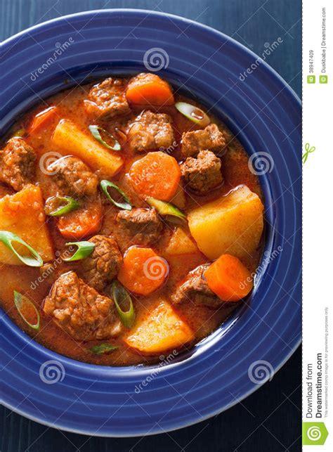 rago 251 t de boeuf avec la pomme de terre et la carotte dans